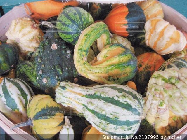 様々な種類のカボチャのクローズアップ。カナダのファーマーズマーケットにて。の写真・画像素材[2107995]