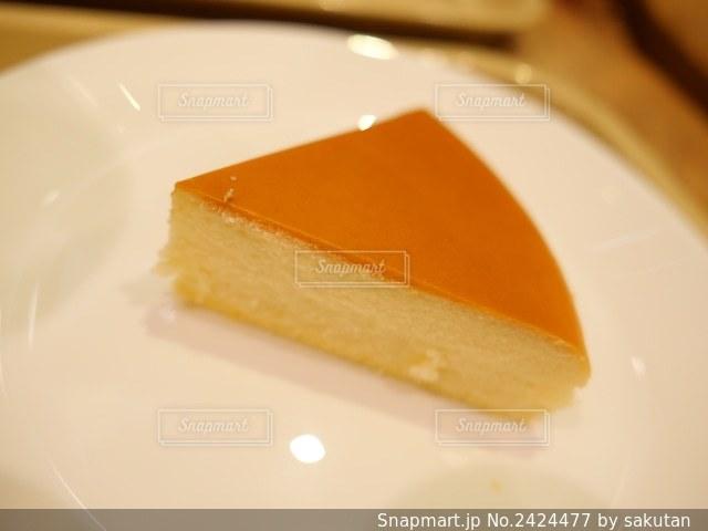 白い皿の上に置かれたケーキの写真・画像素材[2424477]