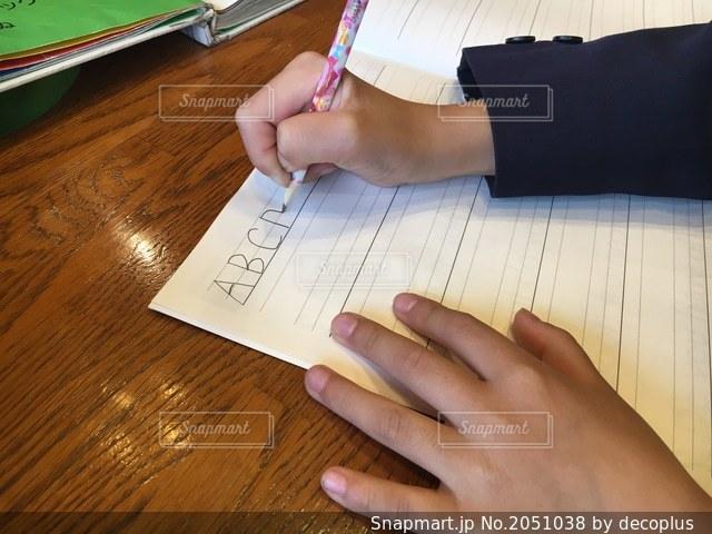 英語の勉強をする小学生の写真・画像素材[2051038]