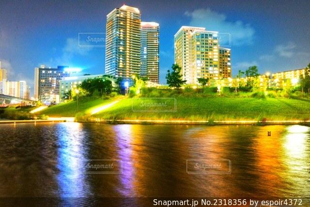背景に都市を持つ水域の写真・画像素材[2318356]
