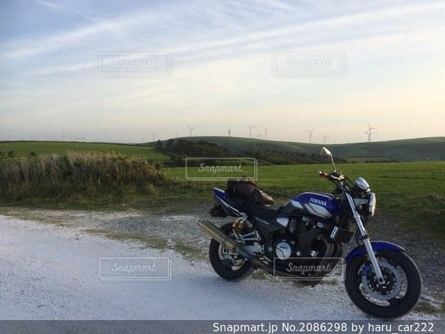 白い貝殻の道で駐車しているオートバイの写真・画像素材[2086298]