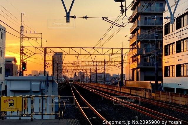 夕焼けの線路の写真・画像素材[2095900]