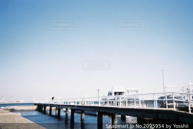 水の体に架かる橋の写真・画像素材[2095954]
