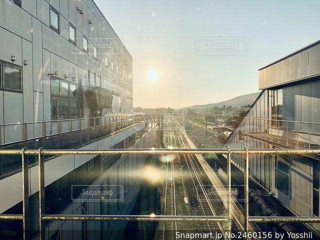 列車は建物の側面に停車するの写真・画像素材[2460156]