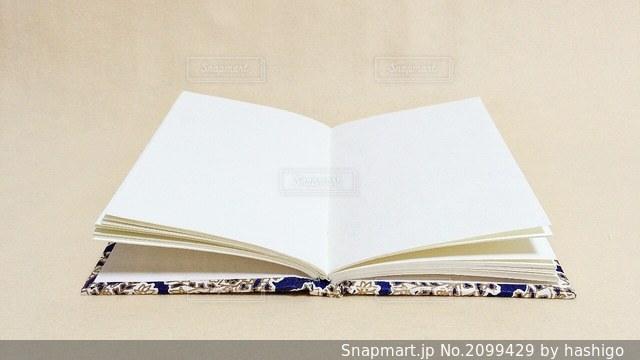 まっしろな見開きの本の写真・画像素材[2099429]