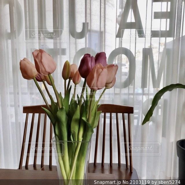 テーブルの上の花の花瓶の写真・画像素材[2103119]