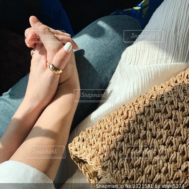 手を繋いでいるカップルの写真・画像素材[2121591]
