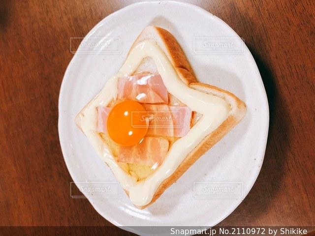 食卓の上の食べ物の皿の写真・画像素材[2110972]