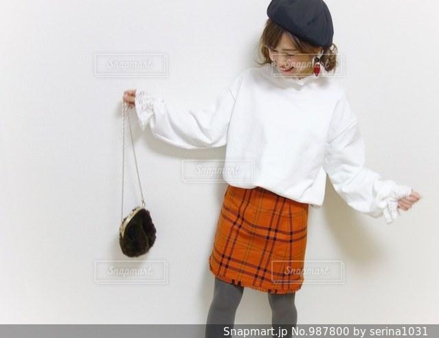 ミニスカートを履いた女性のコーデの写真・画像素材[987800]