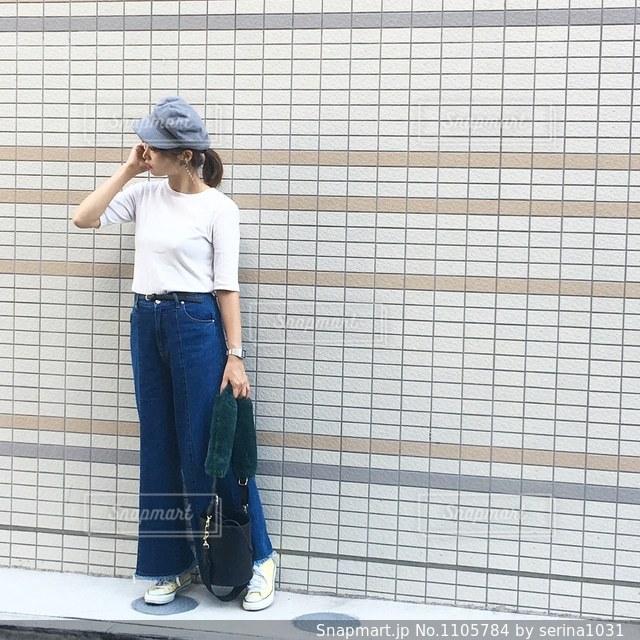 建物の前に立っている人の写真・画像素材[1105784]