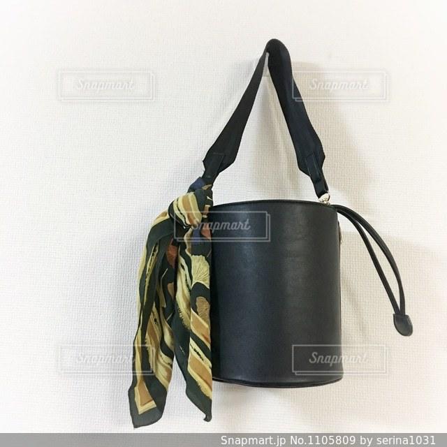 黒のバケツバッグとスカーフアレンジの写真・画像素材[1105809]