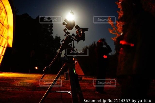 天体望遠鏡と月明かりの写真・画像素材[2124357]