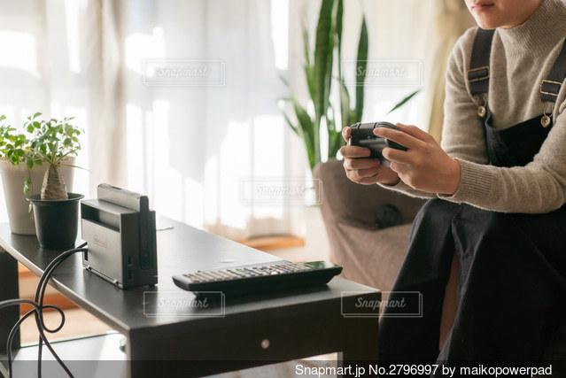 ゲームをする人の写真・画像素材[2796997]