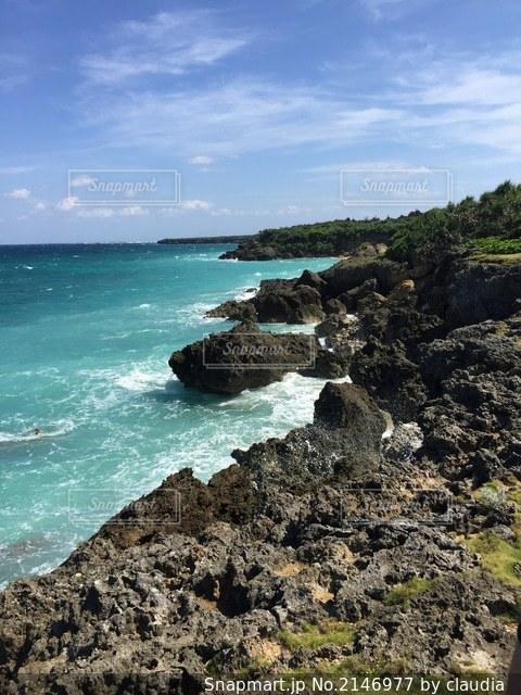 沖縄の海と岩場の写真・画像素材[2146977]
