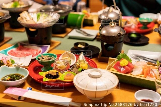食べ物でいっぱいのテーブルの写真・画像素材[2688176]