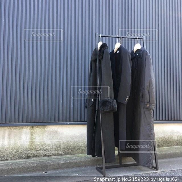モード系の黒いコートの写真・画像素材[2159223]