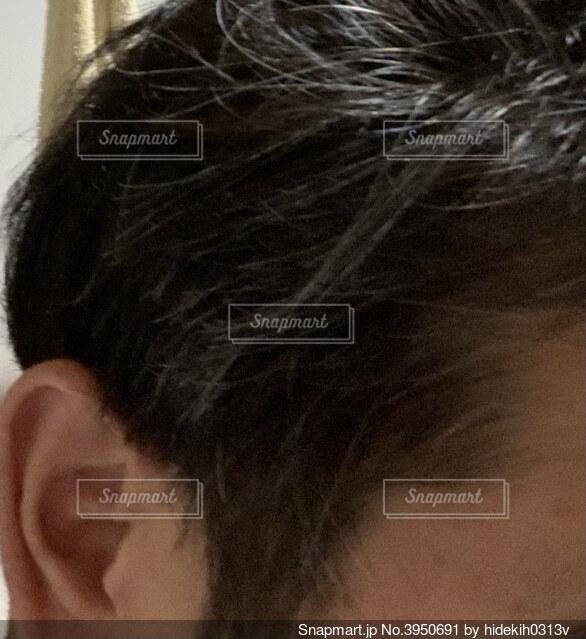 男性部分白髪の写真・画像素材[3950691]