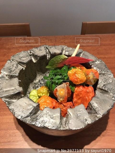 木製のテーブルの上に座っている食べ物の皿の写真・画像素材[2377113]