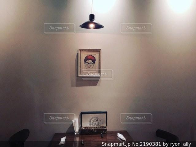 路地裏カフェの2人席の写真・画像素材[2190381]