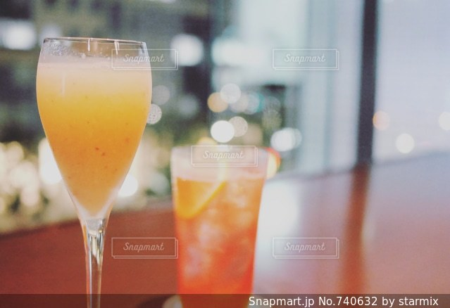 バーで大人のデートの写真・画像素材[740632]