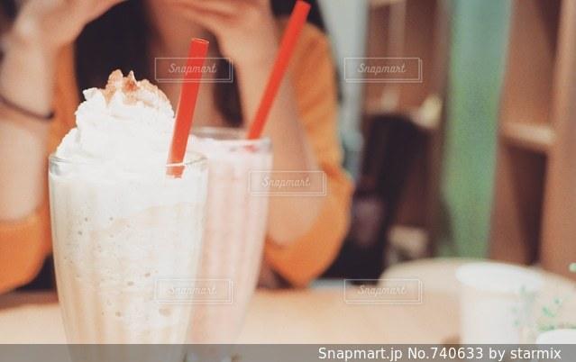 カフェで女子トークの写真・画像素材[740633]