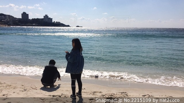 砂浜の上に立つ人の写真・画像素材[2215109]