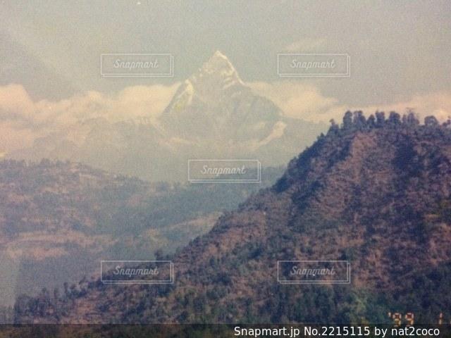 背景にある大きな山の眺めの写真・画像素材[2215115]
