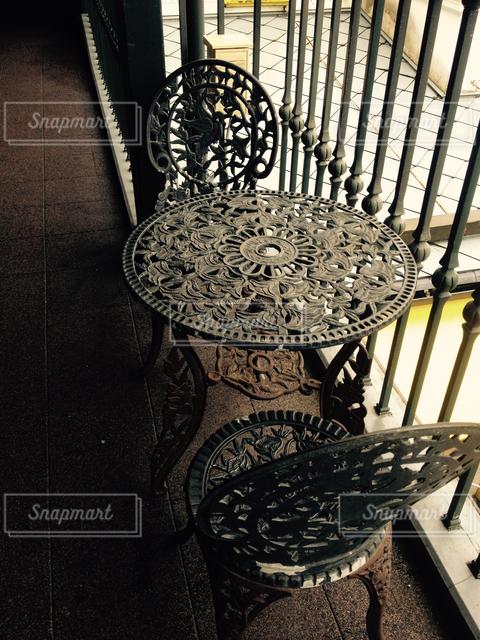 屋外におかれた古びた椅子とテーブル。の写真・画像素材[127427]
