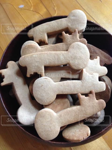 手作りクッキー、鍵の形。木の器入り。の写真・画像素材[127980]