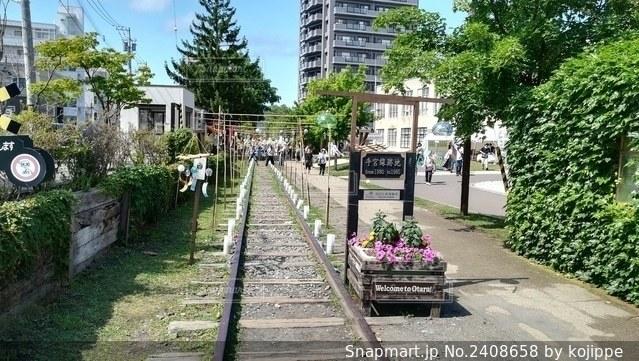 線路と道路とお花と風鈴(小樽がらす市)の写真・画像素材[2408658]
