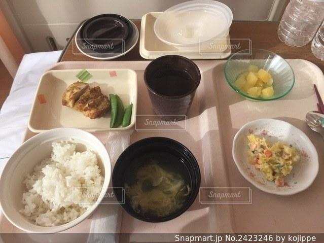 入院中にベッドの上で食べる食事・病院食の写真・画像素材[2423246]