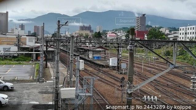跨線橋の上から眺めた駅舎の写真・画像素材[2443289]