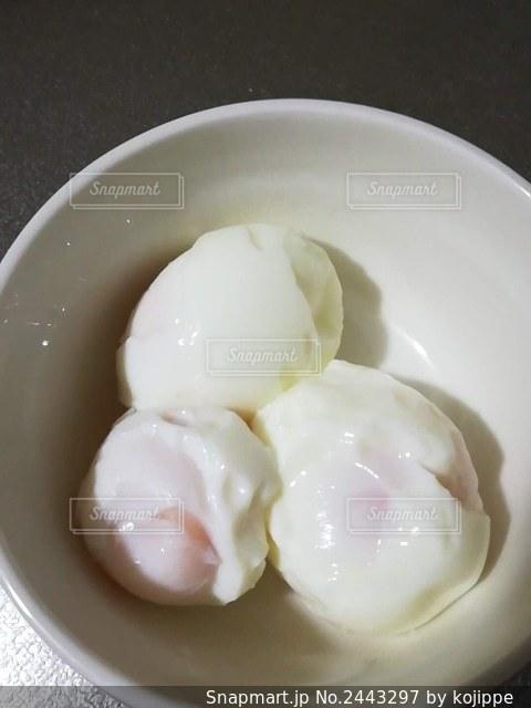 殼むきに失敗したゆで卵の写真・画像素材[2443297]