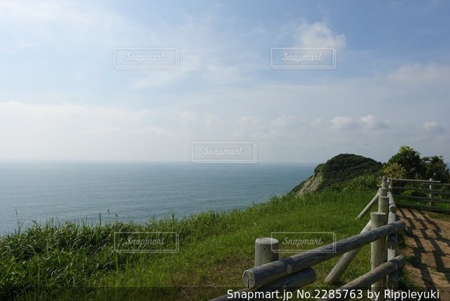 崖から海を見下ろすの写真・画像素材[2285763]