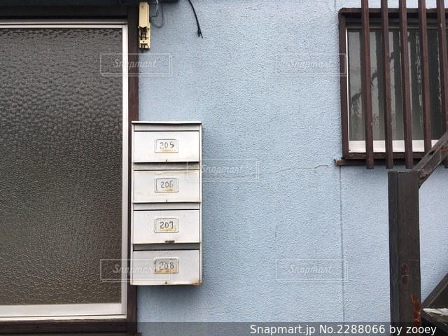 古いアパートの郵便受けの写真・画像素材[2288066]