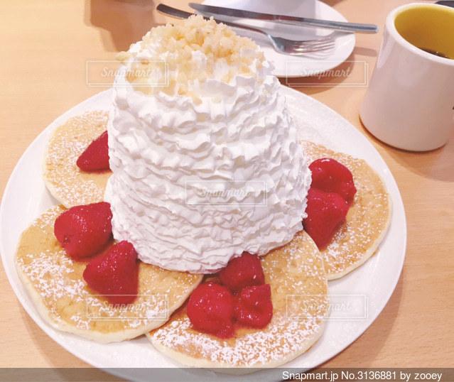 生クリームのたくさん乗ったラズベリーのパンケーキの写真・画像素材[3136881]