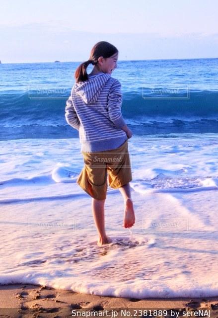 浜辺で遊ぶ女の子の写真・画像素材[2381889]