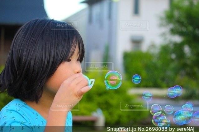 シャボン玉と女の子の写真・画像素材[2698088]