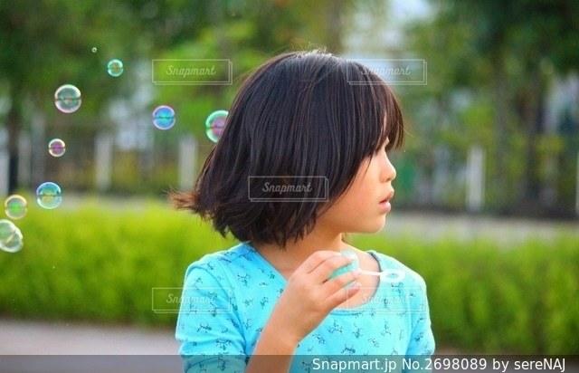 しゃぼん玉と女の子の写真・画像素材[2698089]