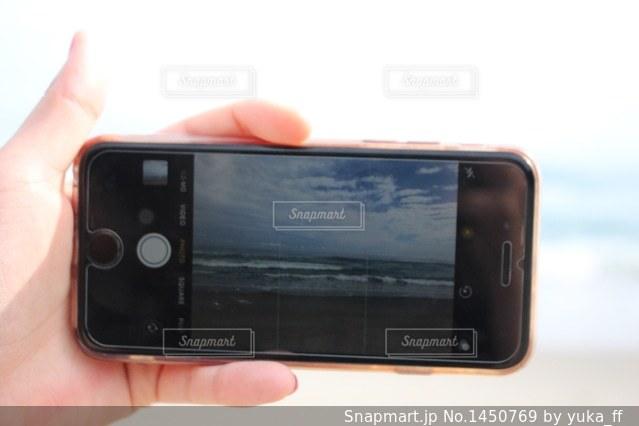 携帯電話を持つ手の写真・画像素材[1450769]