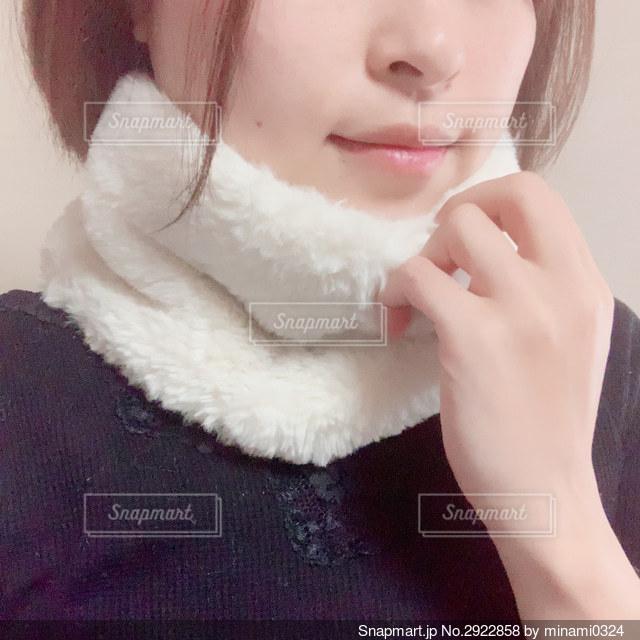 冬物白いマフラーを身につけている女性のクローズアップの写真・画像素材[2922858]