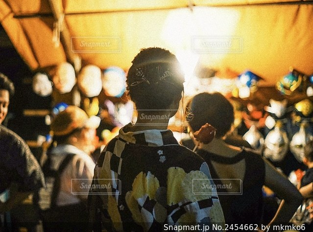群衆の前に立つ人々のグループの写真・画像素材[2454662]