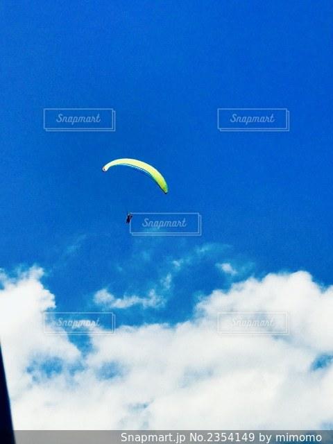凧を飛ばす人の写真・画像素材[2354149]
