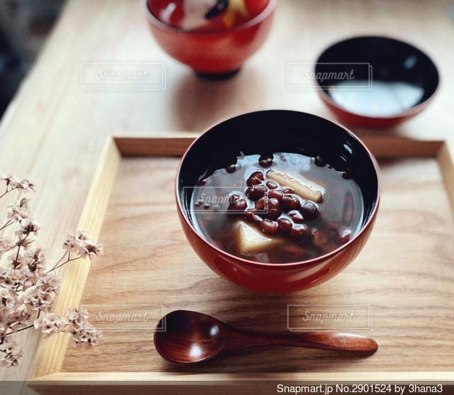 木製のテーブルの上のおしるこの写真・画像素材[2901524]