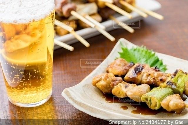 焼き鳥とビールの写真・画像素材[2434177]