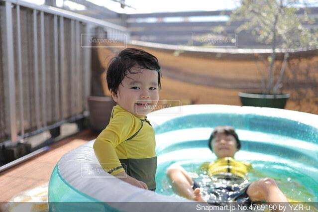 プールで楽しく遊ぶ子供たちの写真・画像素材[4769190]