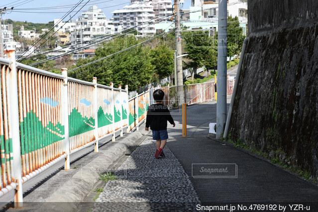 散歩をしてる子供の後ろ姿の写真・画像素材[4769192]