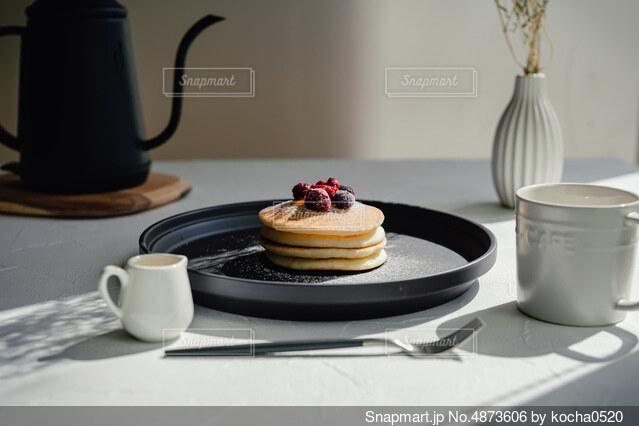 テーブルの上にコーヒーを一杯入れるの写真・画像素材[4873606]