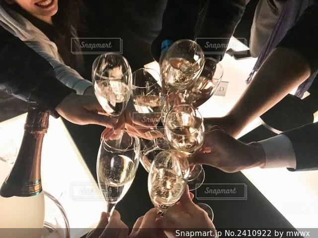 クラブで乾杯の写真・画像素材[2410922]