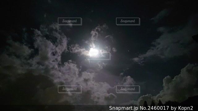 月と雲の写真・画像素材[2460017]